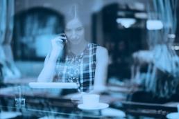 Imagem de mulher no café